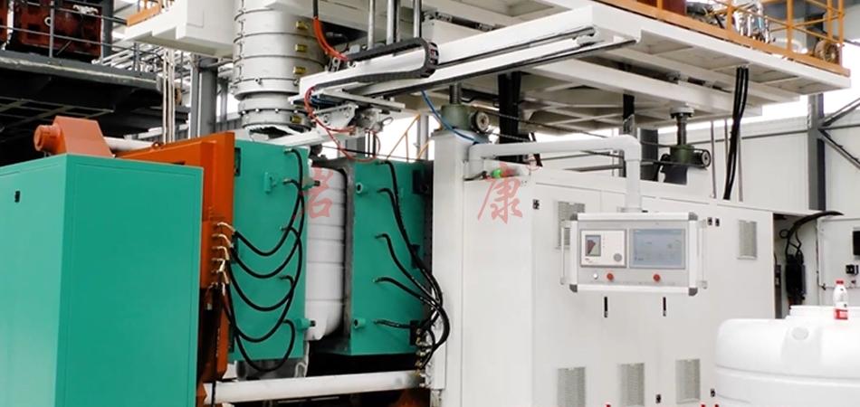岩康全自动挤出中空吹塑机生产流程